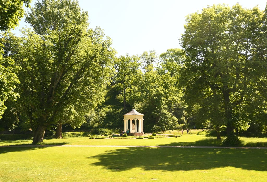 Grüner Park mit Pavillon