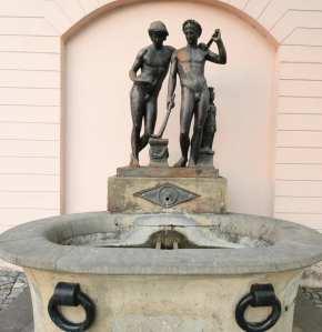 Brunnen mit zwei Statuen
