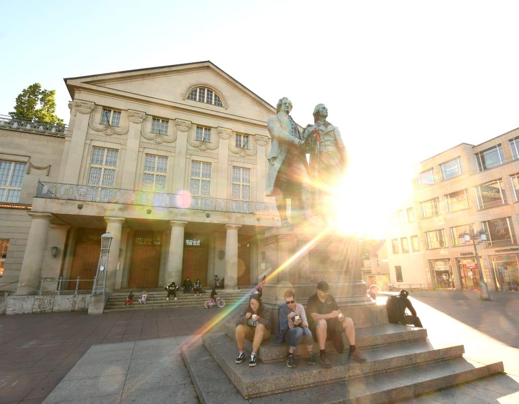 Platz mit Denkmal und klassizistischem Gebäude