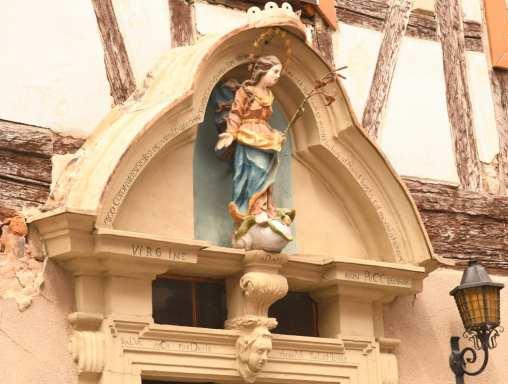 Madonna als Zierde an einem Haus