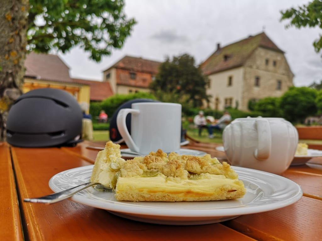 Kuchen, dahinter historisches Gebäude