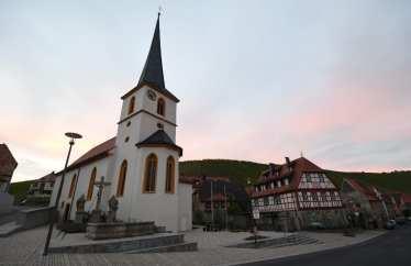Kirche und Fachwerkhaus im Abendlicht