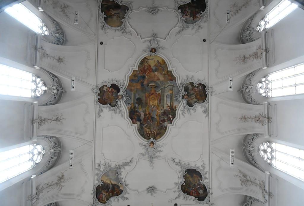 Deckenfresken einer barocken Kirche
