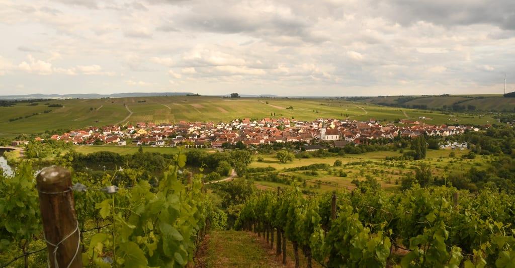 Dorf und Weinberge