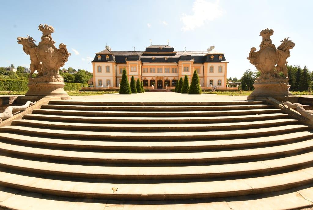 Schloss mit Eingangstreppe und Skulpturen