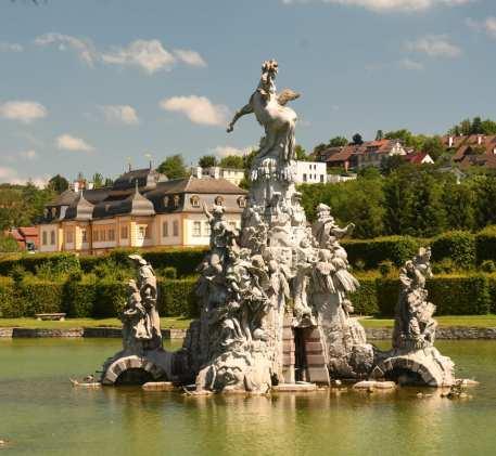 Skulpturen in einem Teich