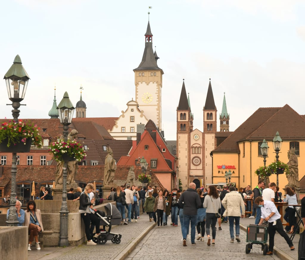 Mit Barockstatuen geschmückte Brücke