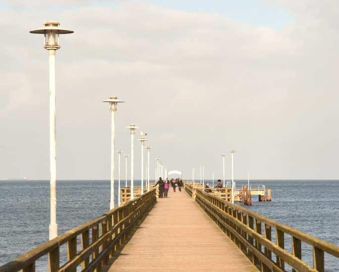 Seebrücke mit Laternen