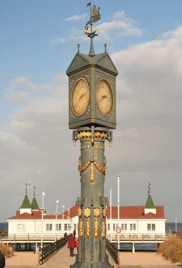 Uhrturm vor einer Seebrücke