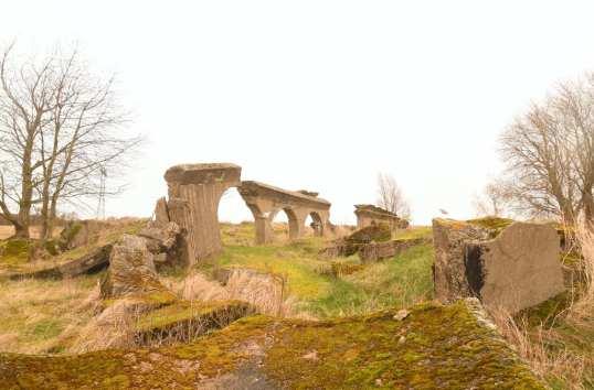 Ruinenreste in Winterlandschaft