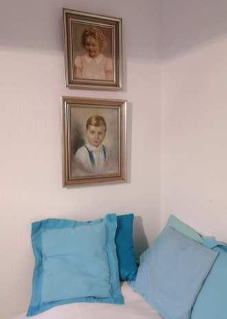 Ölbilder und blaue Kissen