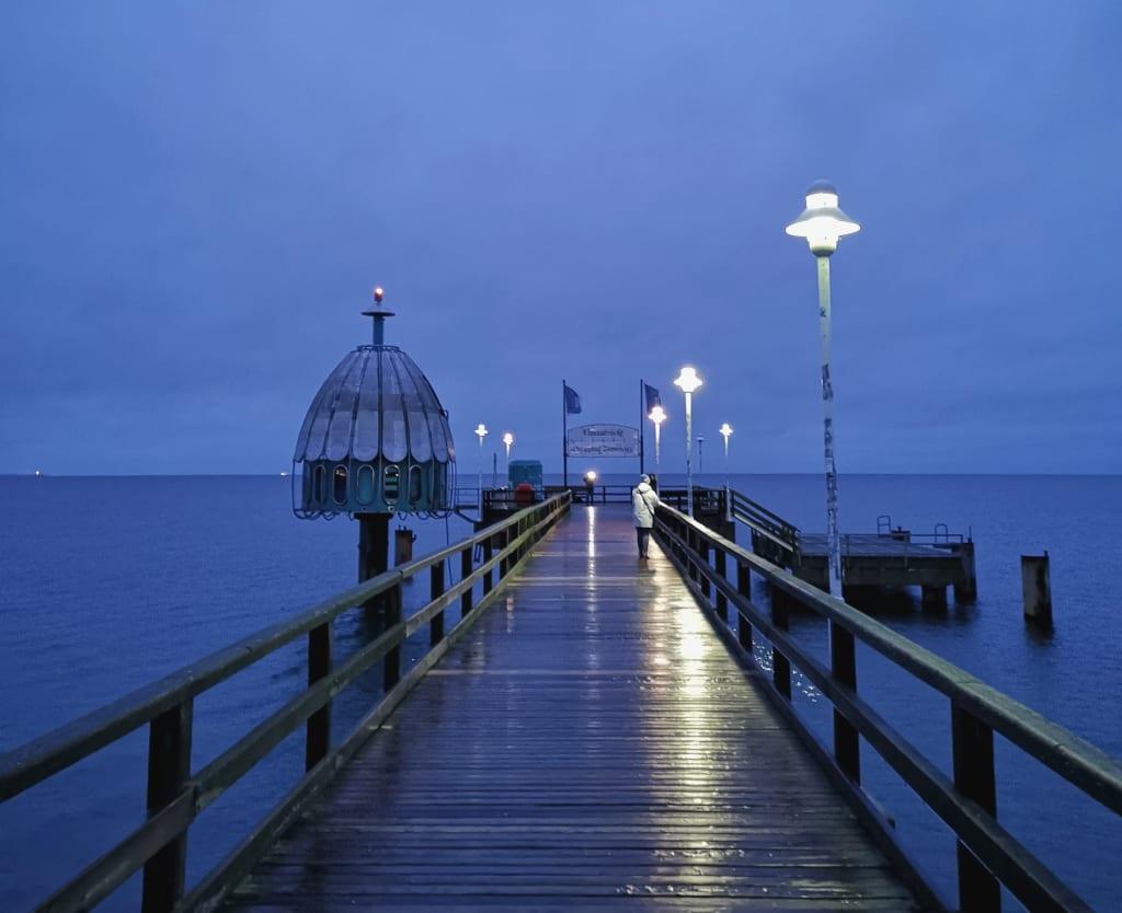 Tauchgondel an einer Seebrücke bei Nacht