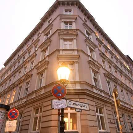 """Stuckaltbau und Straßenschild """"Chamissoplatz"""""""