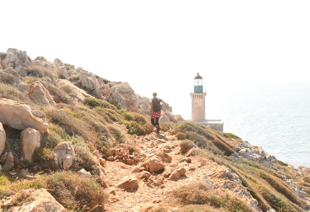 Frau wandert auf einen Leuchtturm zu