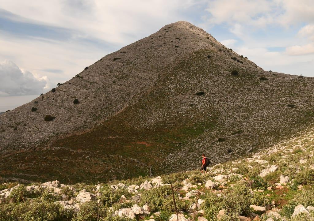 Frau wandert in Bergen des Mittelmeerraums