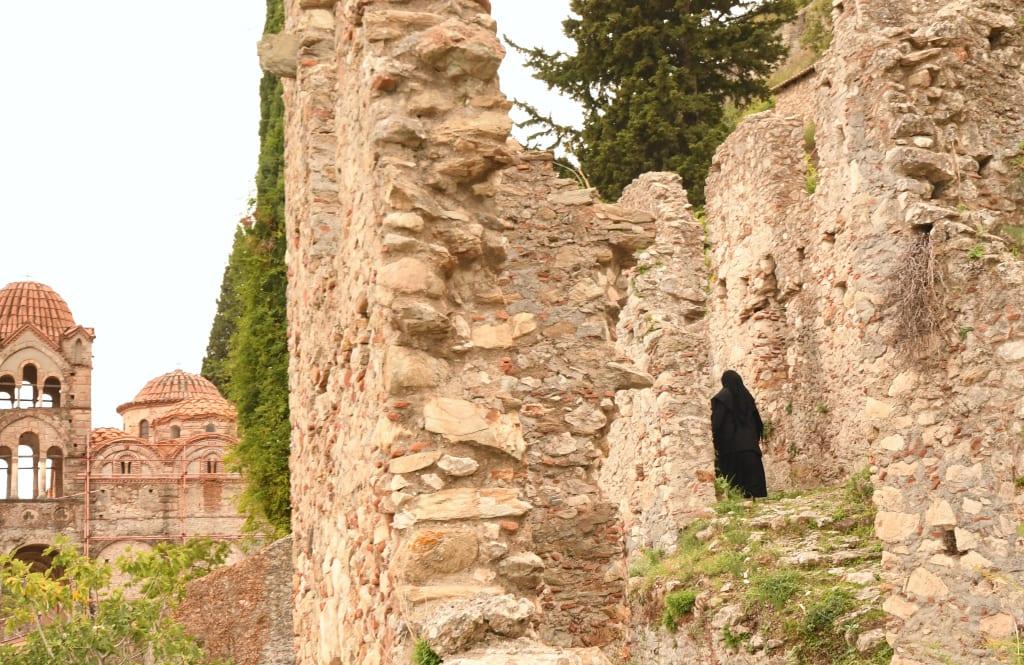 Nonne in einer Ruine