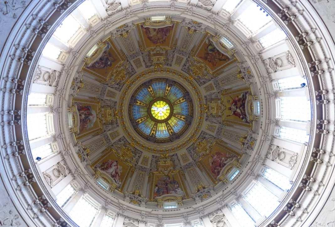 Blick in eine Kirchenkuppel von unten
