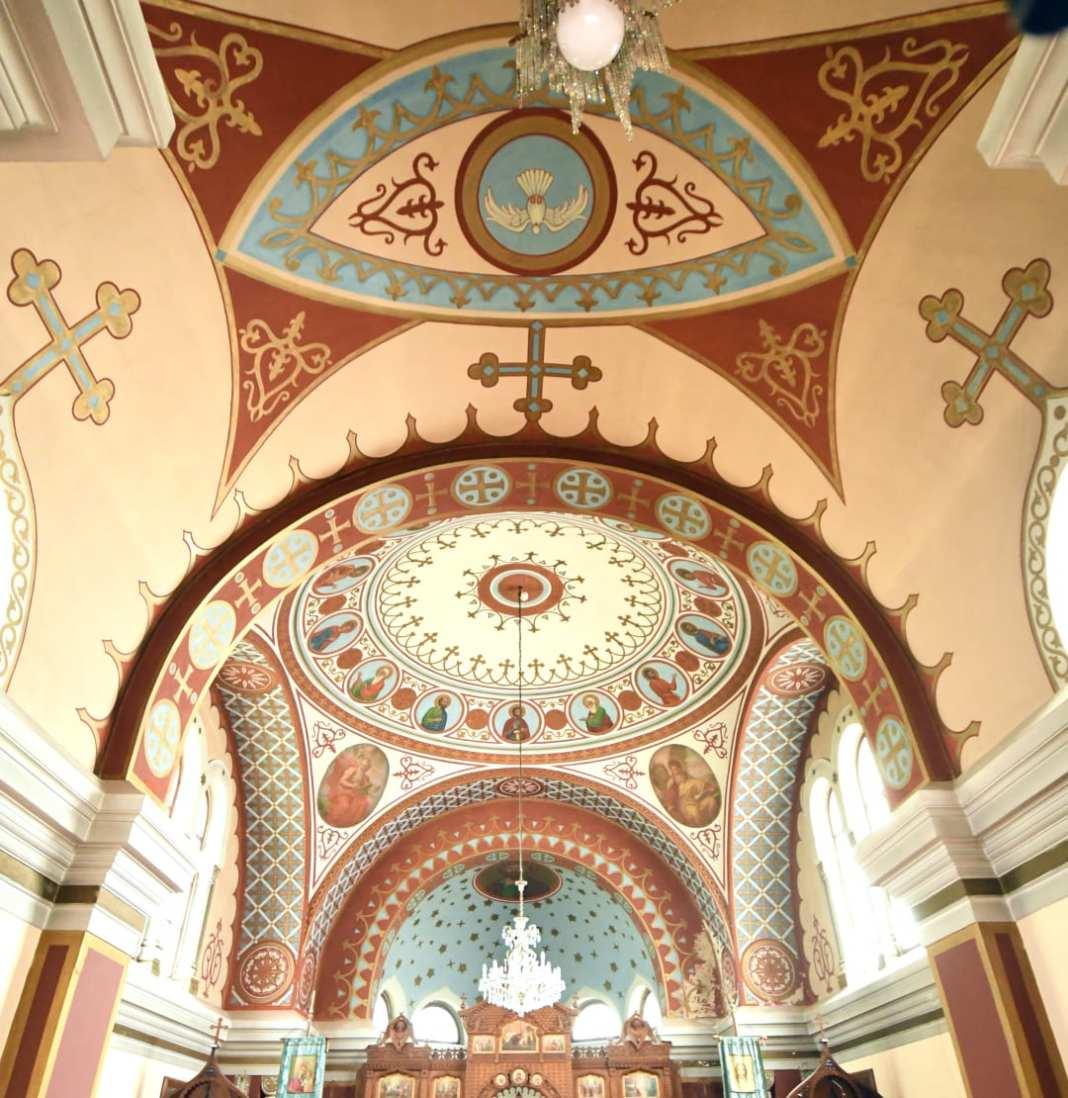 Orthodoxe Kirche in Hellblau und Ocker