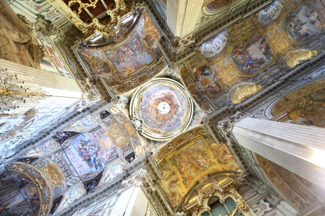 Gold glänzende Kirchendecke