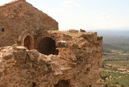 Ruine einer Kirche mit Blick über eine Ebene