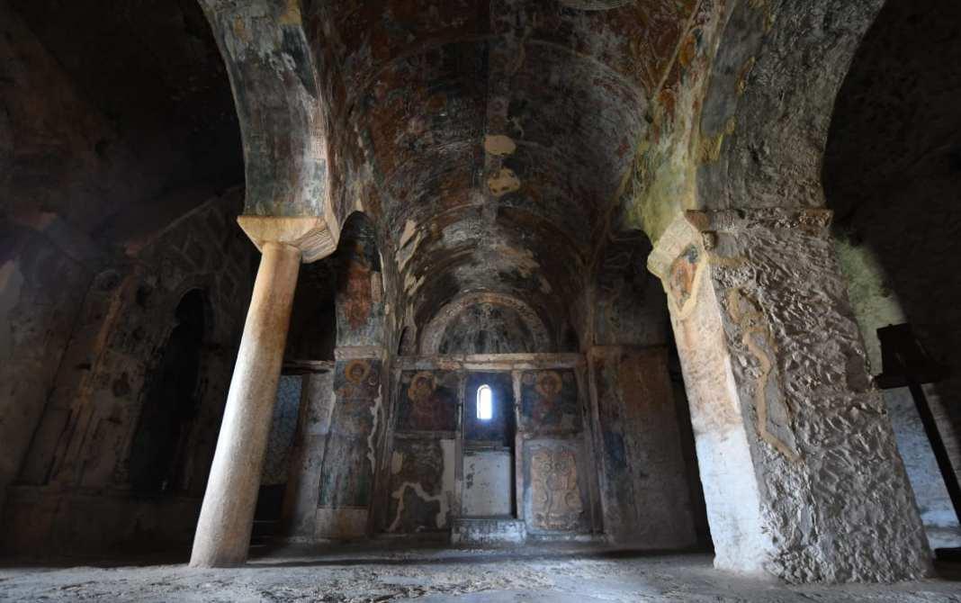 Alte dunkle Kirche mit Fresken