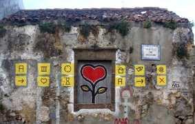 Rotes Herz auf grauem Haus
