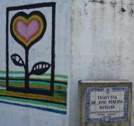 Straßenschild, daneben ein Herz an eine Hauswand gemalt