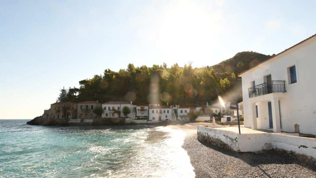 Weißes Dorf am Meer im Gegenlicht