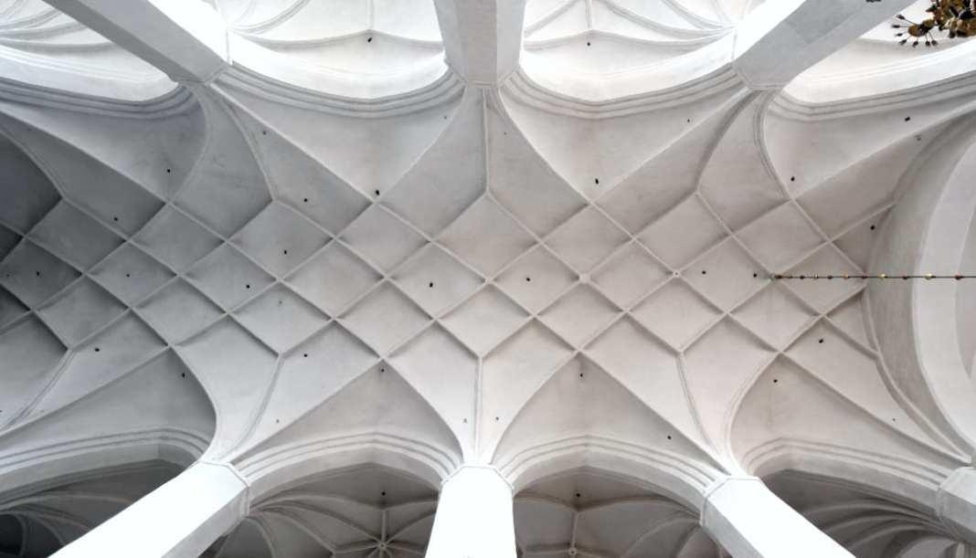 Weiß getünchtes Gewölbe einer Kirche