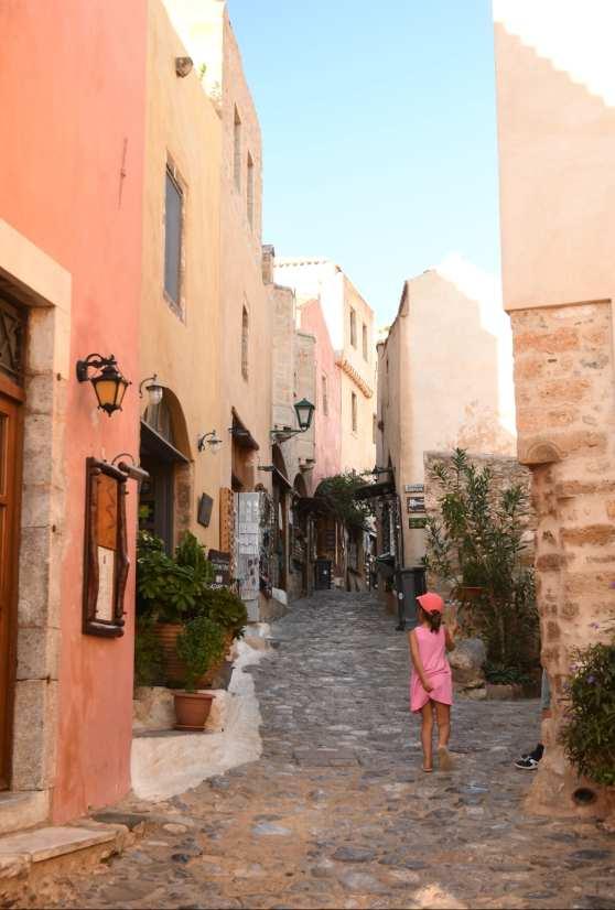 Kind mit rosa Kleid in Altstadtgasse