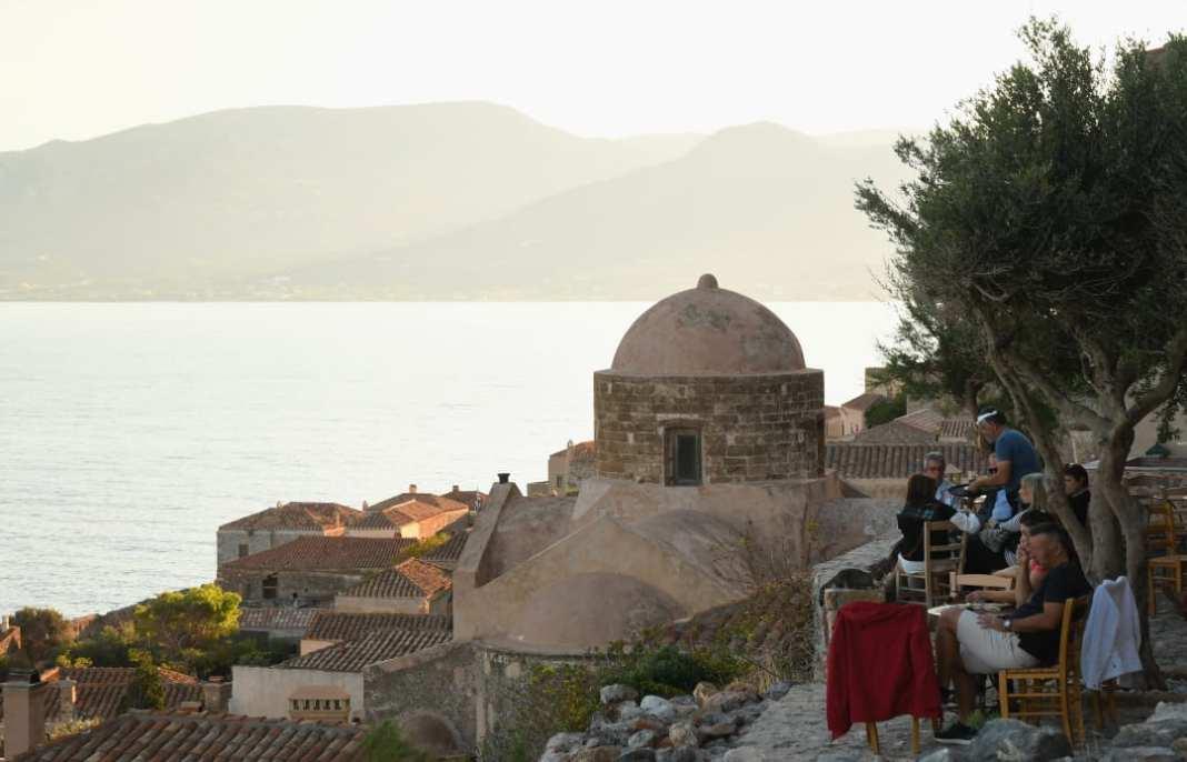 Café vor einer Kirche mit Blick aufs Meer