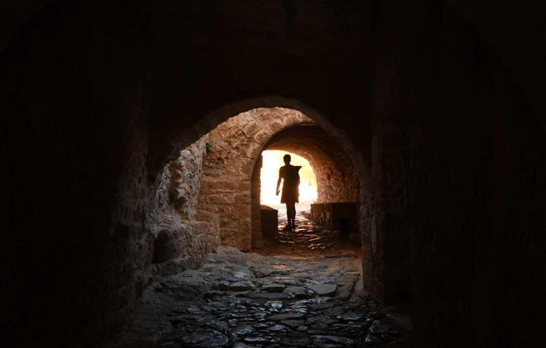 Frau in dunkler Passage