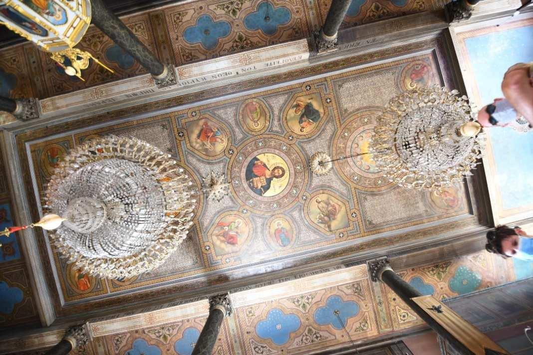 Kirchendecke mit Mosaiken und Kronleuchter