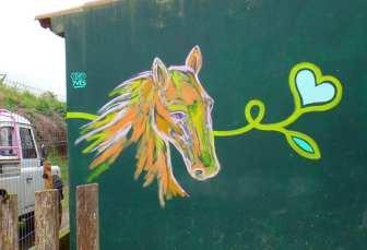 Pferd mit Herzblume im Maul Mural