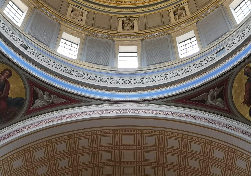 Blick auf neoklassizistische Kuppel von innen