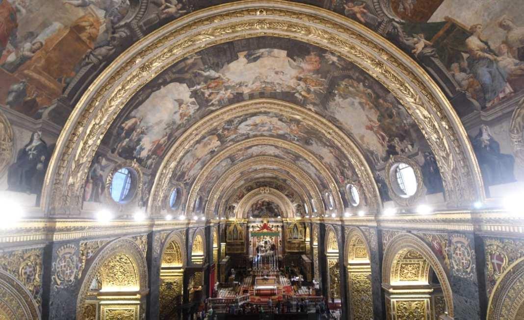 Prächtige Fresken und Gold in einer Kirche