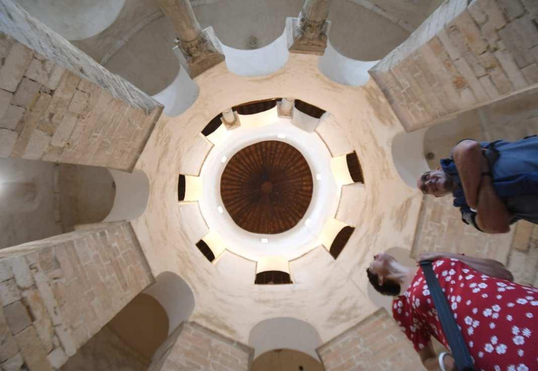Kuppel einer Kirche Säulen