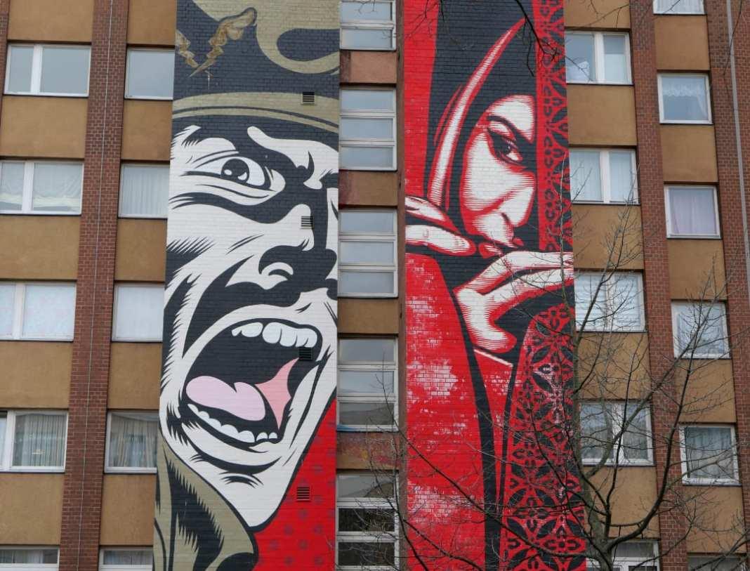 Lange schmale Murals an einem Gebäude