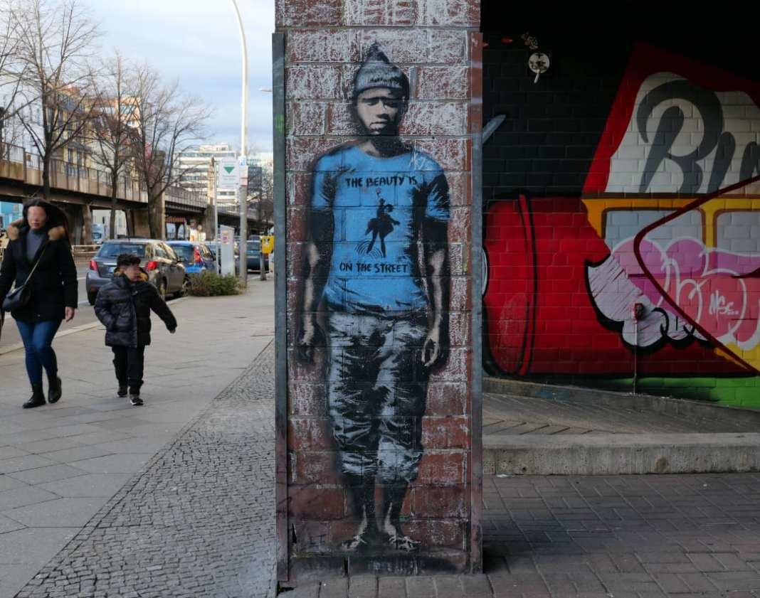 Street Art The Beauty is on the Street Mann mit blauem Shirt