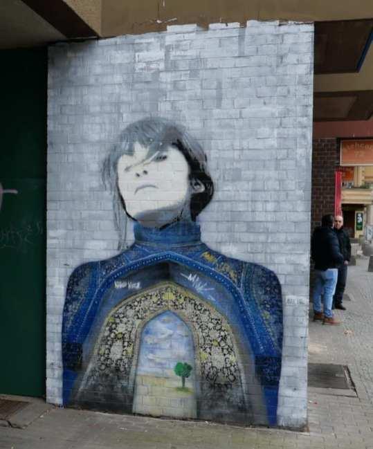 Street Art Frau mit Moschee auf Brust