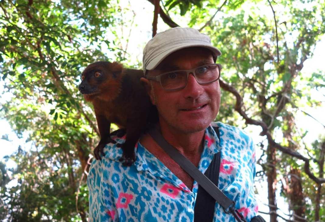 Mann mit Lemur auf der Schulter
