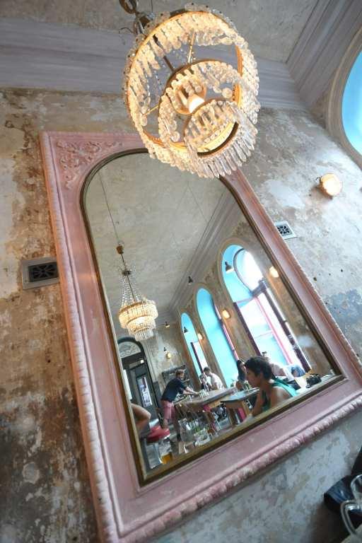 schönes Shabby Chic Café mit Spiegel
