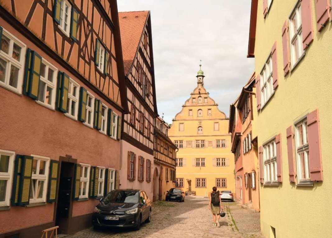 Schöne Fachwerkstatt mit pastellfarbenen Häusern