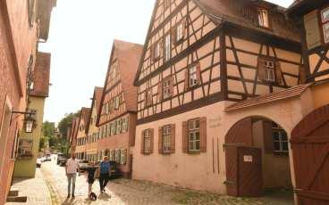 Gasse mit pastellfarbenen Fachwerkhäusern