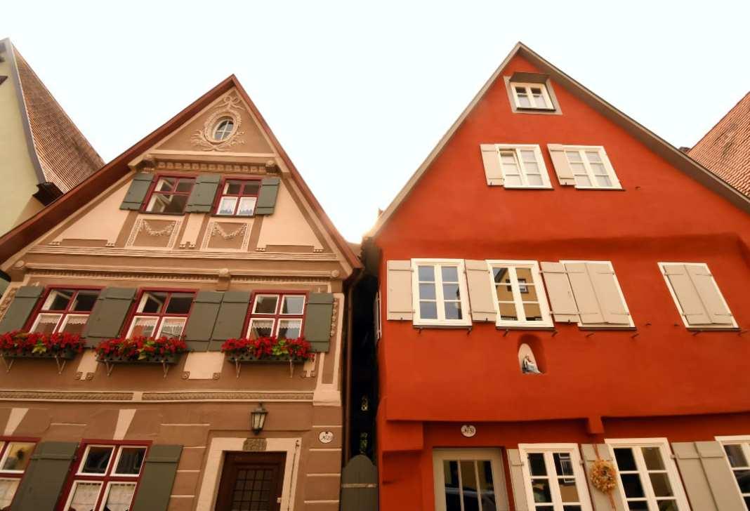 Schmaler Durchgang zwischen zwei historischen Häusern