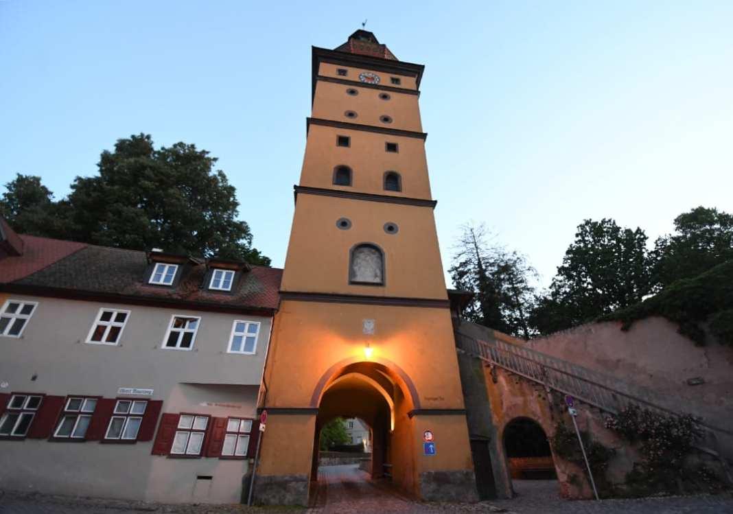 Tor einer Stadtmauer im Abendlicht