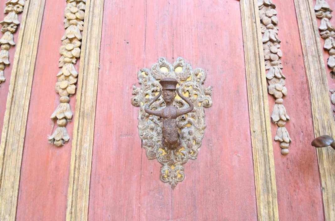 Rosafarbene Holztür mit schönem Knauf