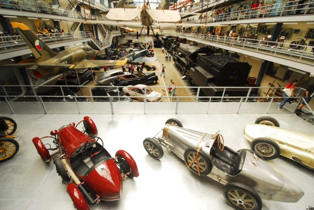Historische Fahrzeuge in einem Museum