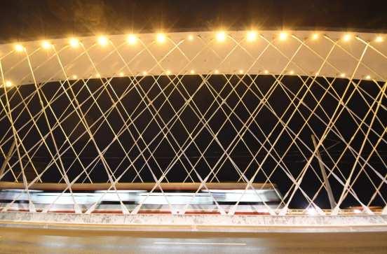 Brücke mit Straßenbahn bei Nacht