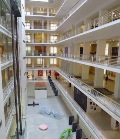 Inneres eines Museums mit umlaufender Galerie